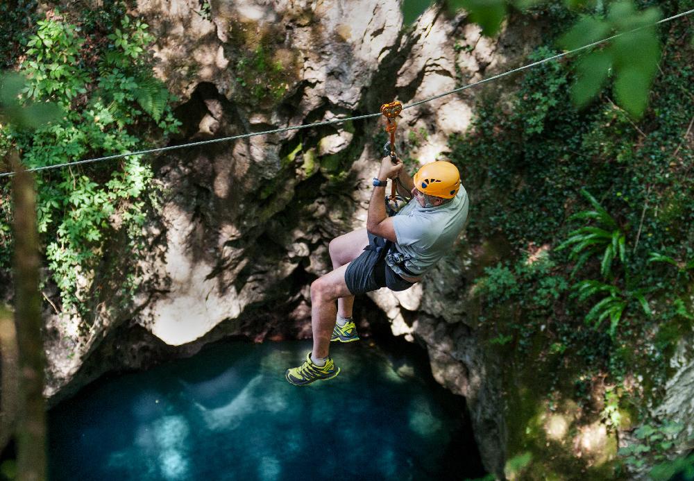 zip-line tra le pareti di un canyon su un torrente toscano dalle acque cristalline