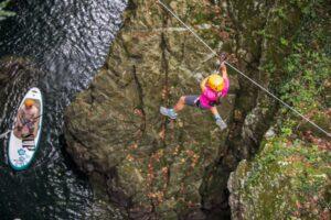 Una ragazza si lancia da una Zip line in toscana